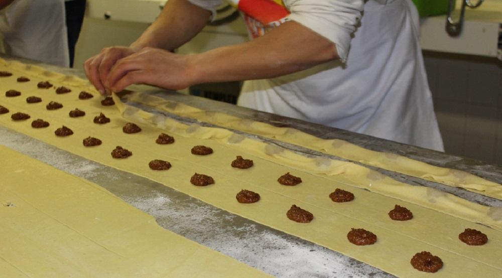 Preparazione dei rufioi i dolci tipici di Verona
