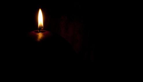 candela che illumina il tavolo della cena al buio