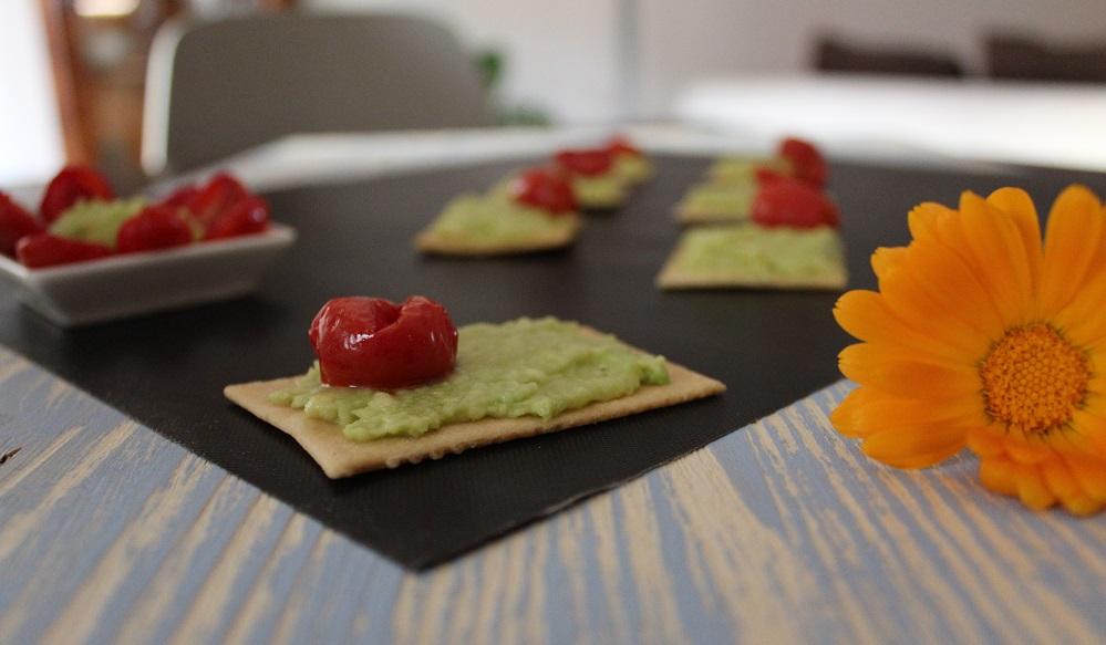 Gallette azzime di farro e crema di avocado con pomodorini confit