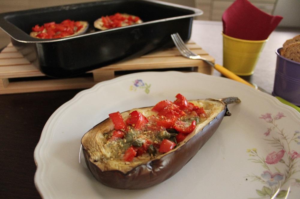 parmigiana di melanzane barchetta di melanzanza con pomodori origano e mozzarella
