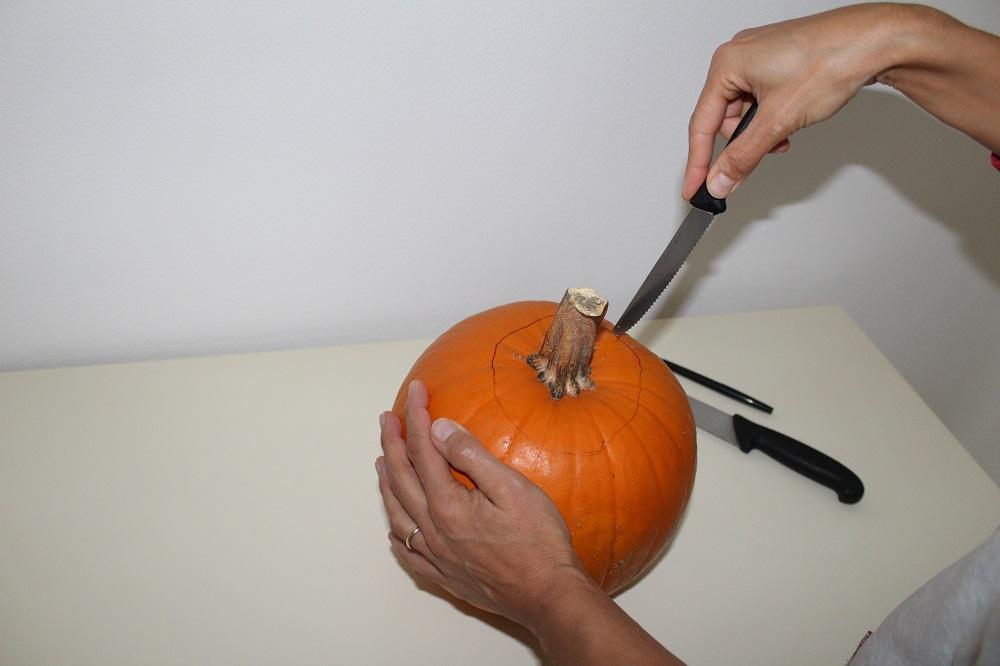 Scavo della zucca di Halloween