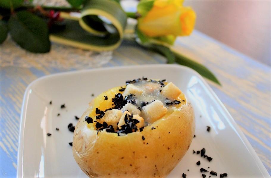 patata con ripieno di zuppa di cipolle patate e briciole di olive nere