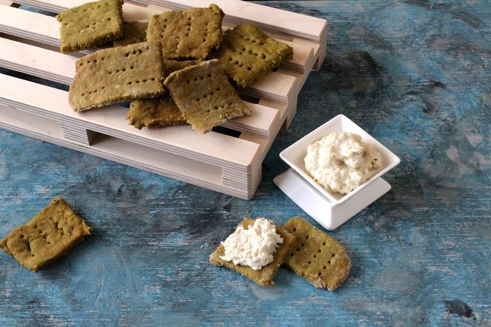 formaggio di anacardi e crackers di piselli