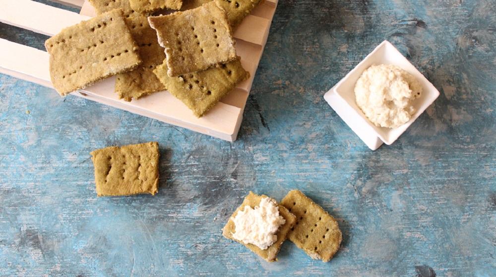 formaggio di anacardi spalmato sui cracker di piselli