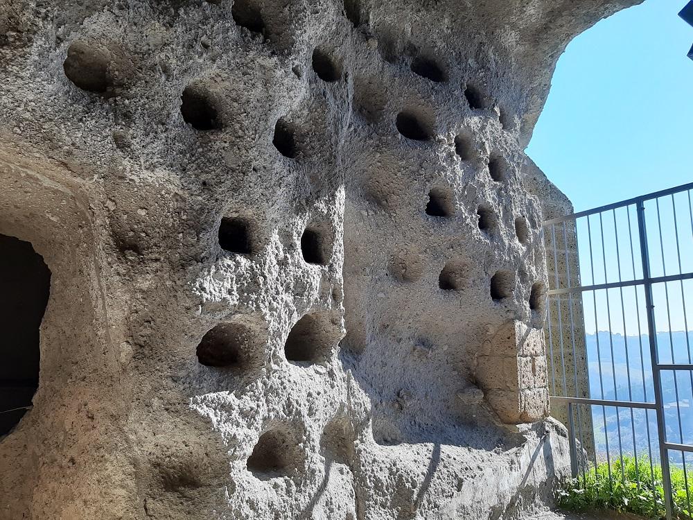 Orvieto sotterranea particolare dei colombai tour di Silla e Pepe