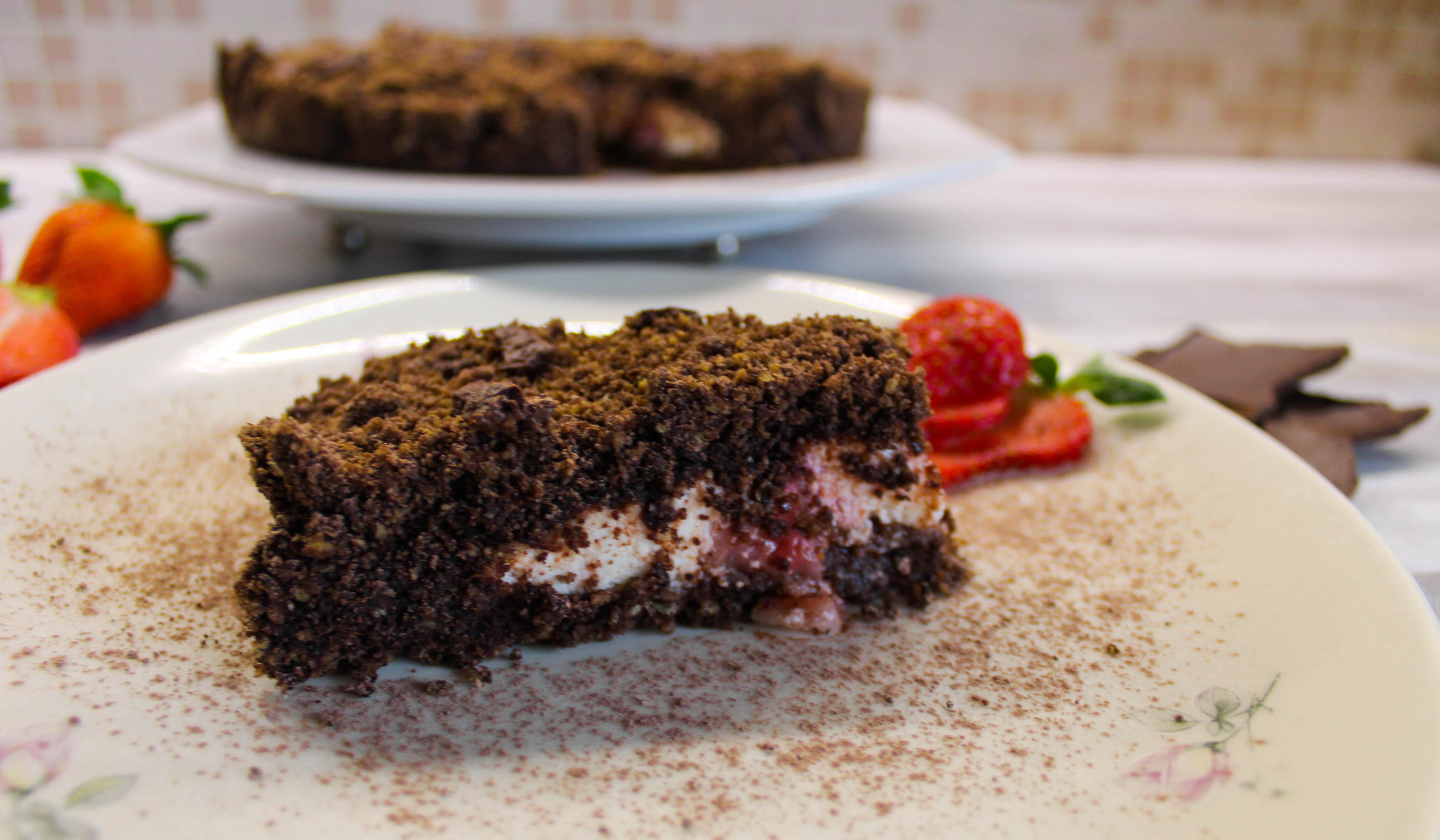 torta sbriciolata ricotta fragole e cacao in fetta