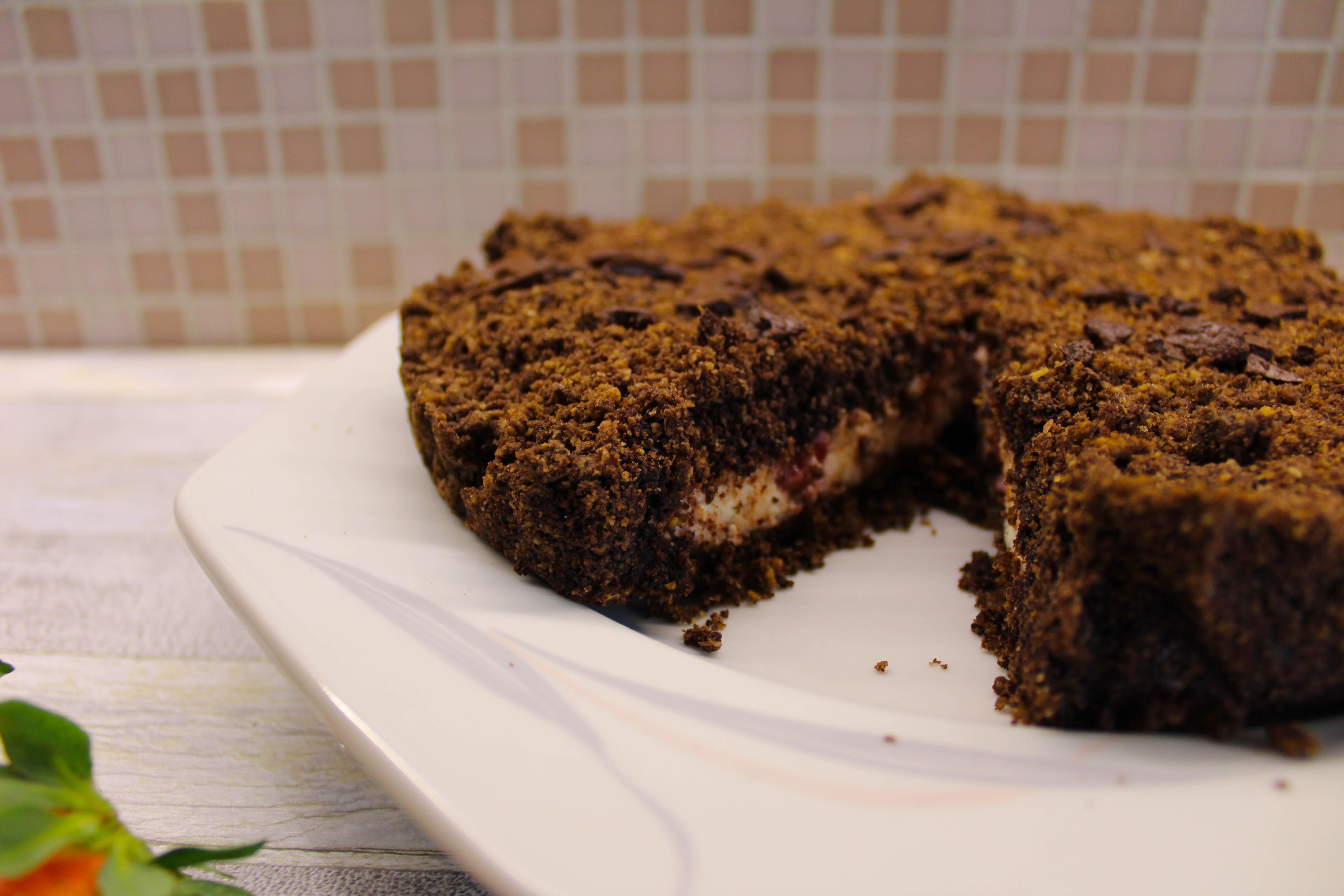 torta sbriciolata ricotta fragole e cacao intera