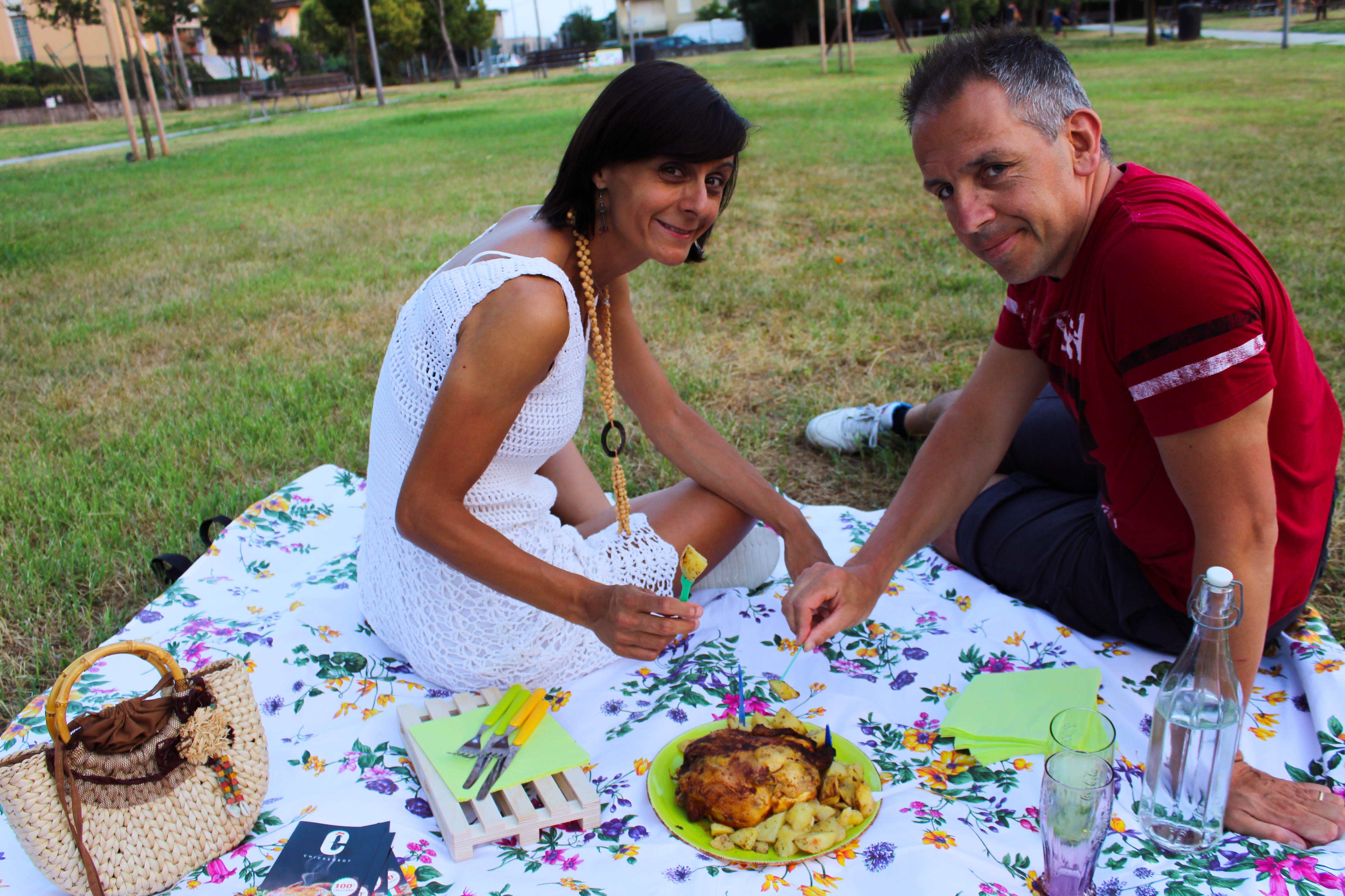 foodblogger Silla con marito durante un picnic