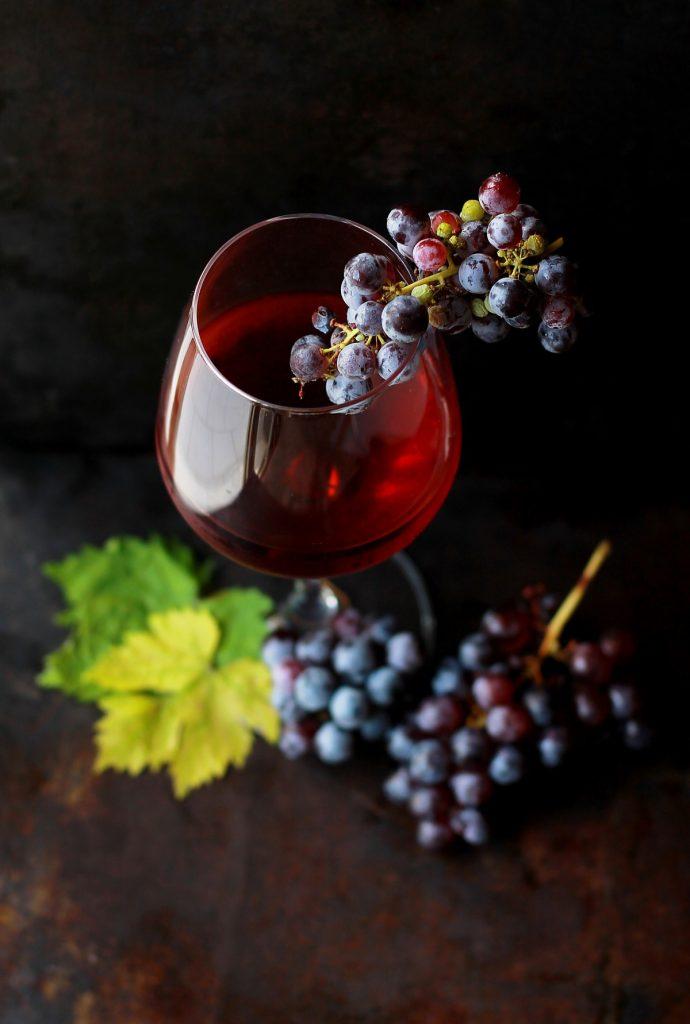 bicchiere di vino con grappolo d'uva