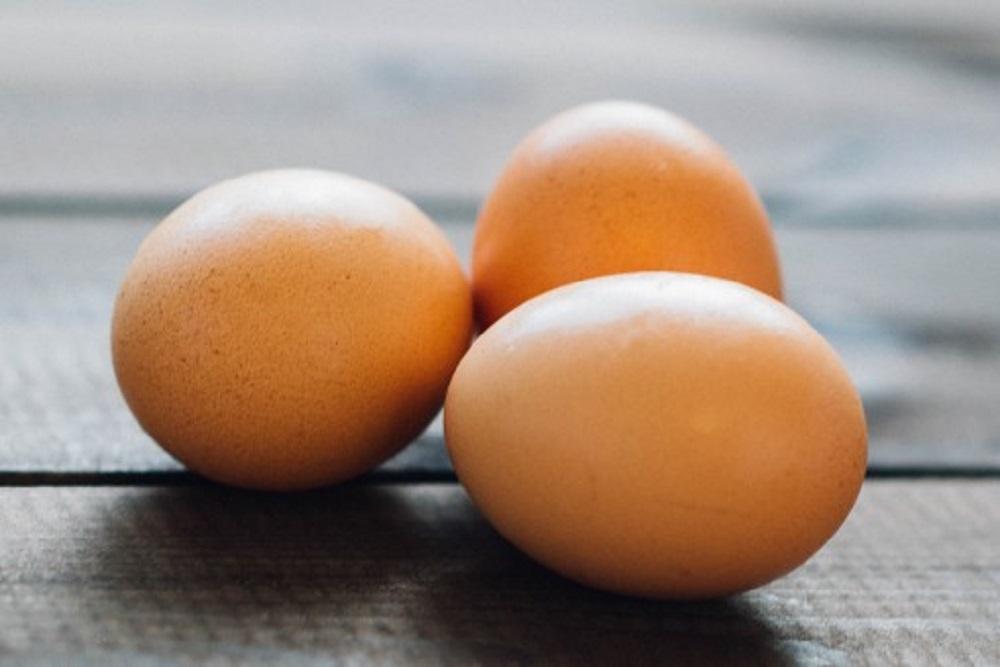 tre uova su un tavolo