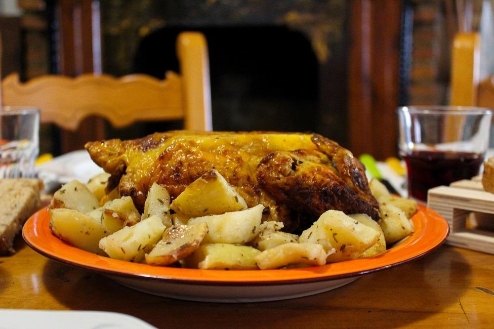 pollo con patate nel piatto cibo a domicilio soluzione al tempo del coronavirus