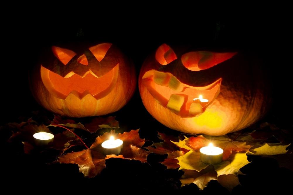zucche di Halloween intagliate con lumicino
