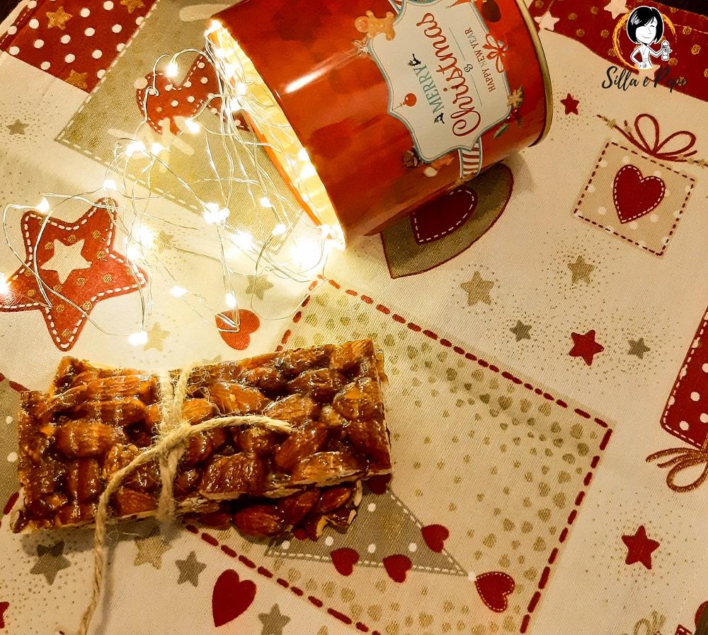 barrette di croccante alle mandorle e luci di Natale